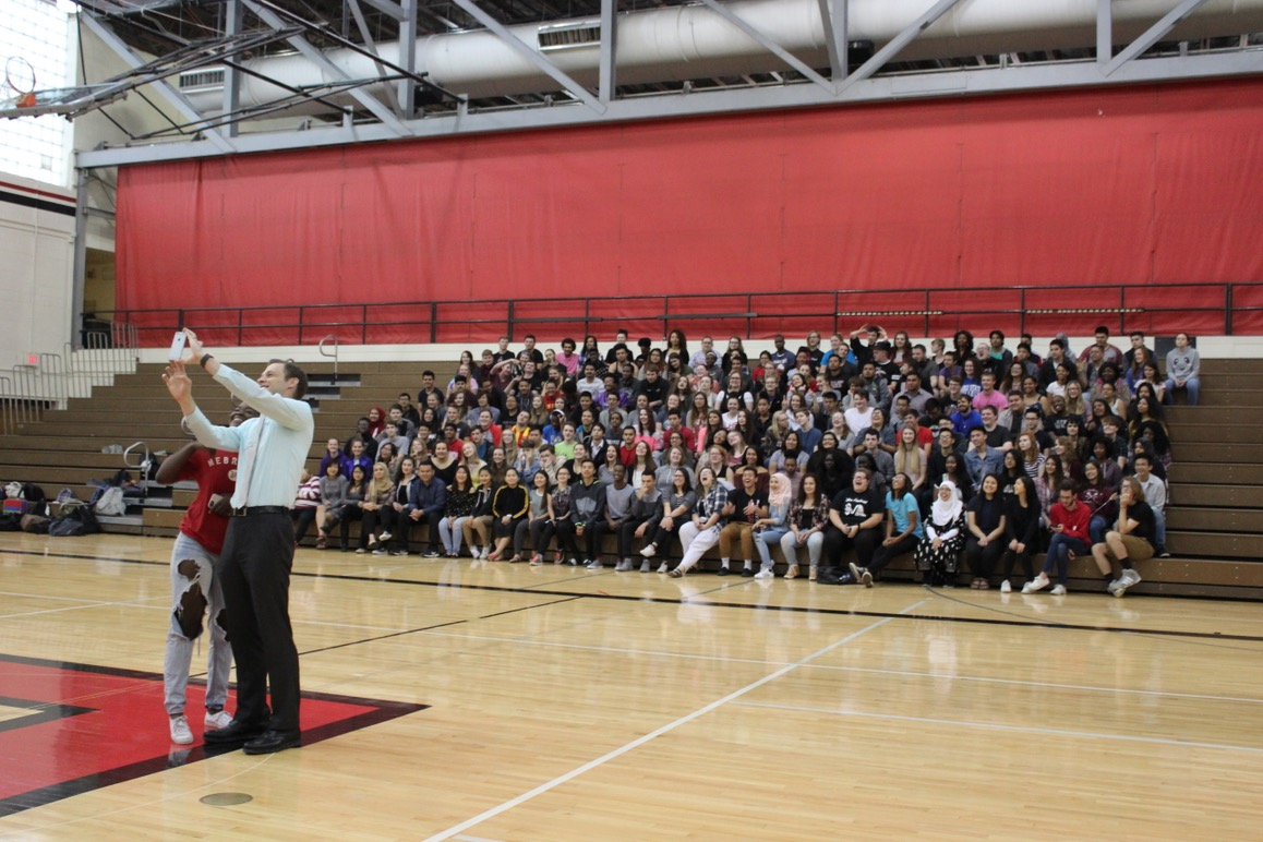 Seniors take group photo, get pep talk (and promise of food) from principal