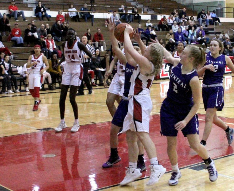 Freshman #10 Harper Case shoots a layup during the Varsity Girls Basketball game on Saturday, January 12th, 2019 against Omaha Central High School at Lincoln High. The Links defeated the Eagles 52-42. Photo by Zeke Williams